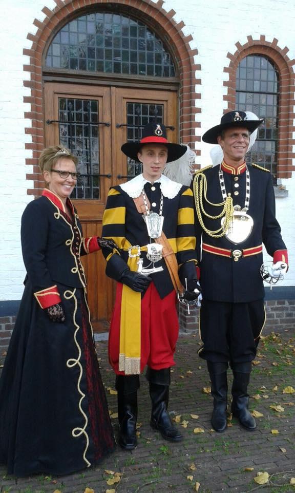 Koning Jay Seegers vergezeld door zijn ouders, tevens Keizers-paar.
