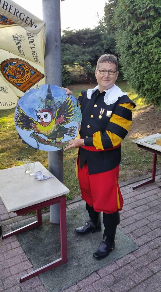 Koning Wim Heijnen met zijn vers geschoten vogel.